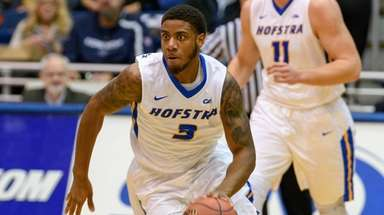 Hofstra's Justin Wright-Foreman, who had 32 points, brings