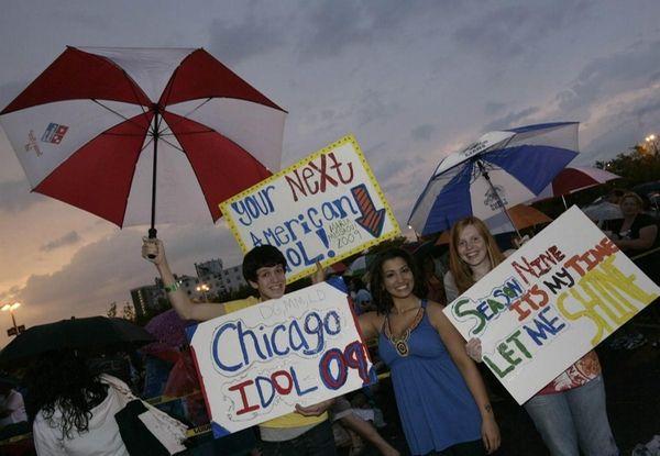Thousands of hopefuls line up at United Center