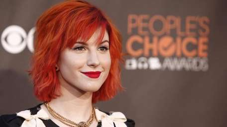 Hayley Williams arrives at the People's Choice Awards
