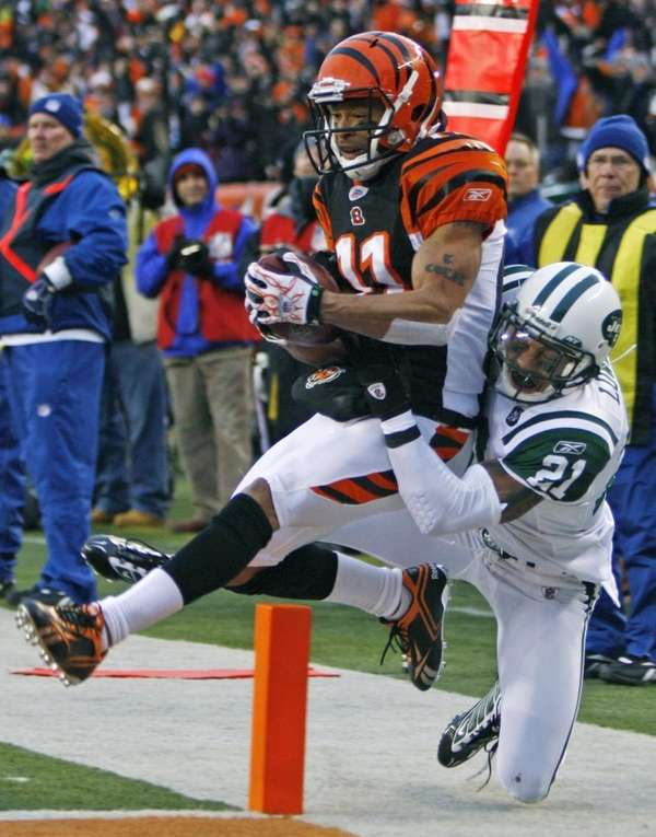 Cincinnati Bengals receiver Laveranues Coles (11) catches an