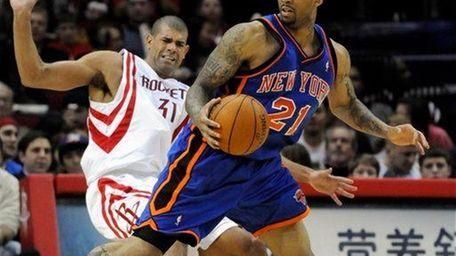 New York Knicks' Wilson Chandler (21) knocks down