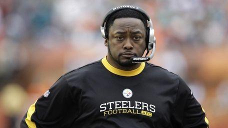 Pittsburgh Steelers head coach Mike Tomlin walks on