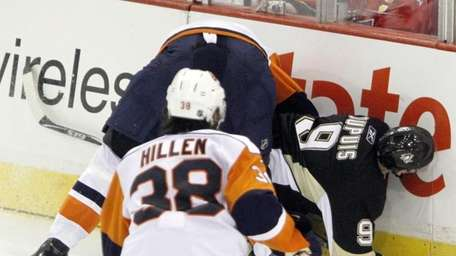 New York Islanders' Andy Sutton, left, smashes Pittsburgh