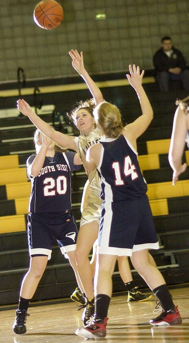 Wantagh's Kaleigh Craig (42, center), tries to get