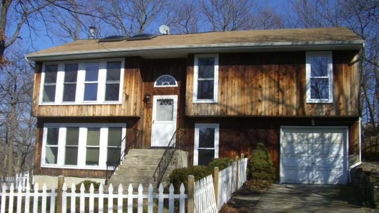 SOUND BEACH 19 Woodhaven Dr. $277,900 This high-ranch