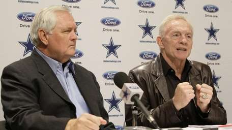 Dallas Cowboys coach Wade Phillips, left, sits by