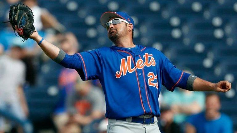 Mets first baseman Adrian Gonzalez reaches for ball