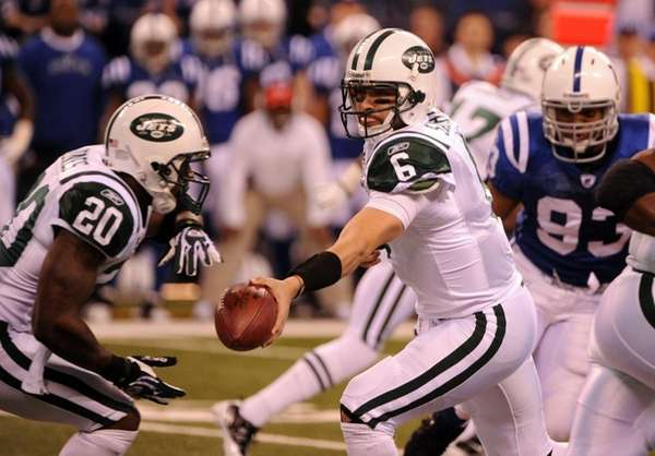Mark Sanchez hands off to Thomas Jones in