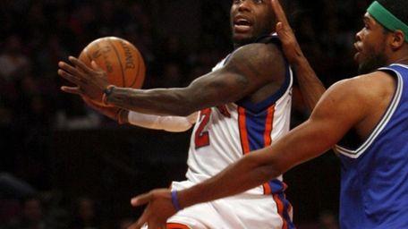 New York Knicks #2 Nate Robinson drives to