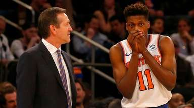 Knicks head coach Jeff Hornacek talks with Frank