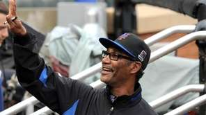 Mets Manager Jerry Manuel waves to fans