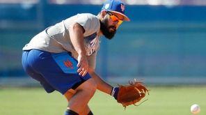 New York Mets infielder Luis Guillorme handles a