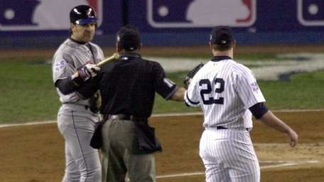 The Mets' Mike Piazza, left, points the end