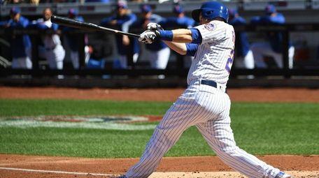 Mets third baseman Todd Frazier hits a two-run