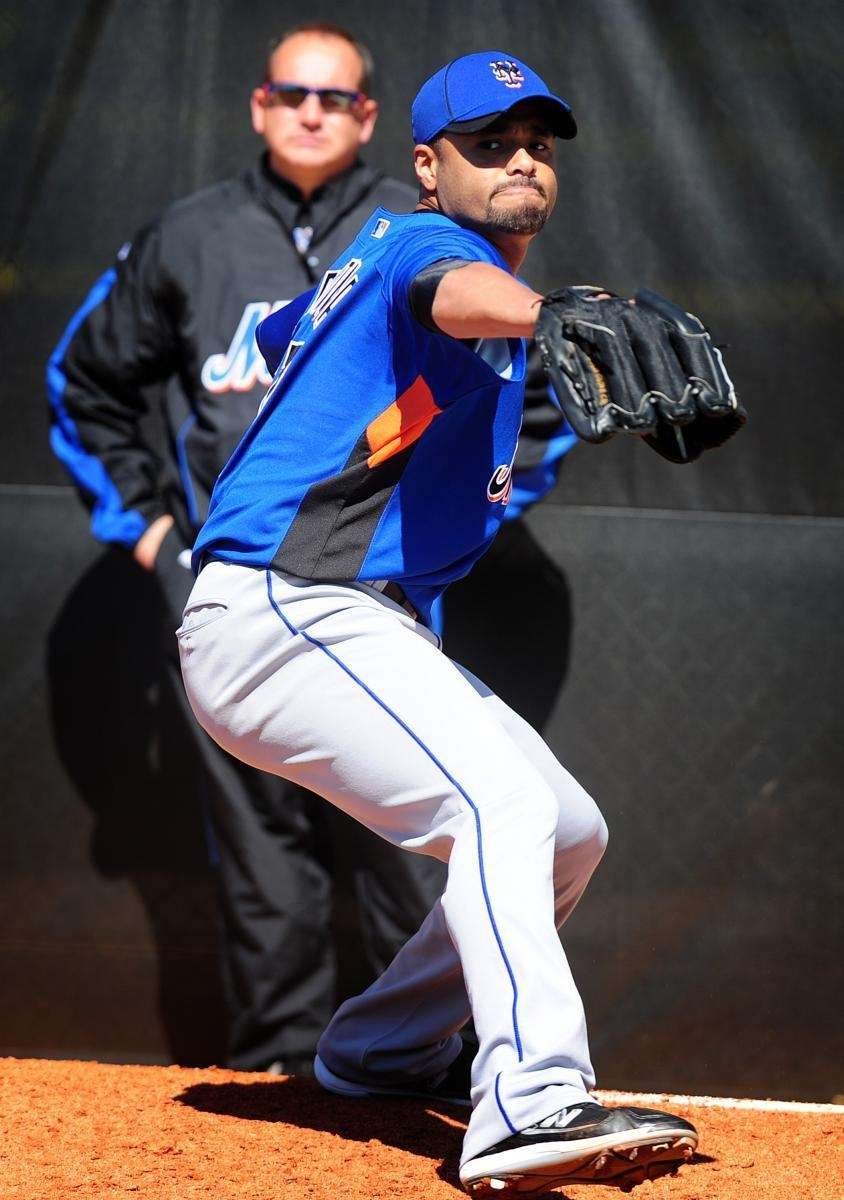 New York Mets, pitcher Johan Santana throws to