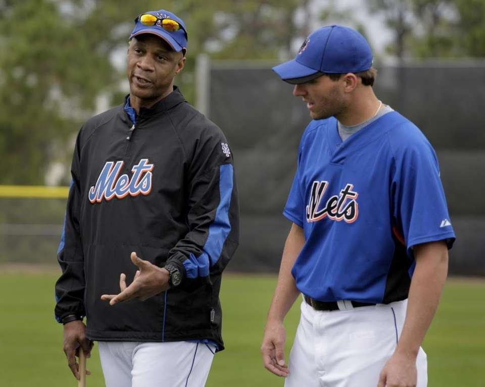 New York Mets guest instructor Darryl Strawberry, left,