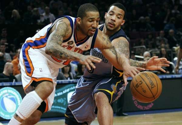 New York Knicks' Wilson Chandler, left, and Memphis
