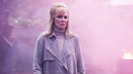 Jean Smart as Melanie Bird in
