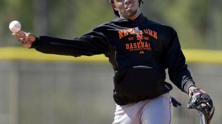 New York Mets shortstop Jose Reyes throws to