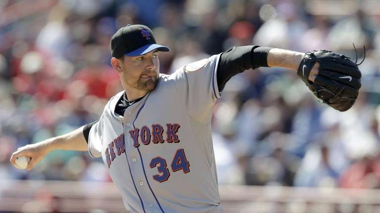 New York Mets pitcher Mike Pelfrey throws to