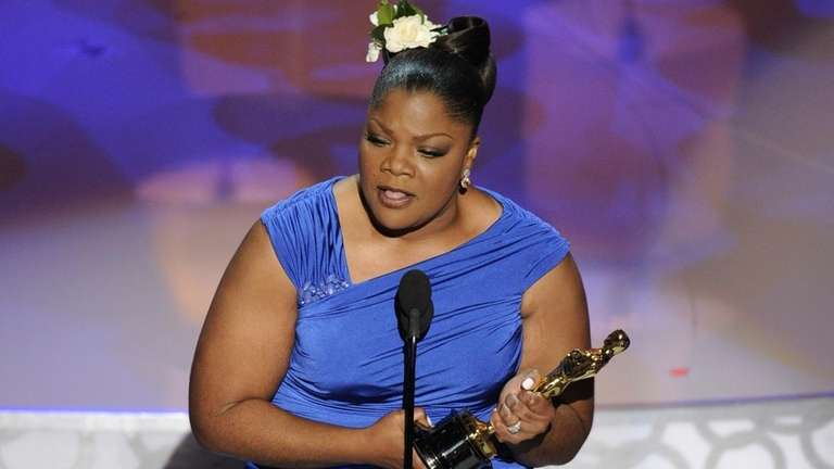 Mo'Nique accepts the Oscar for best performance by