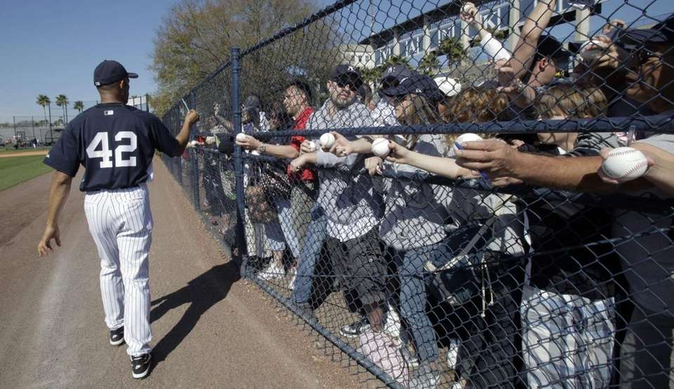 Yankees closer Mariano Rivera returns a pen to