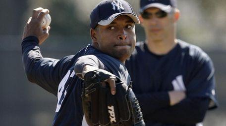 Yankees manager Joe Girardi, right, watches reliever Damaso