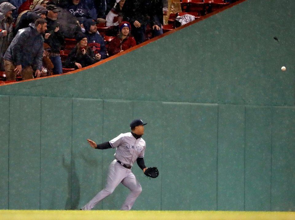 New York Yankees rightfielder Giancarlo Stanton can't get