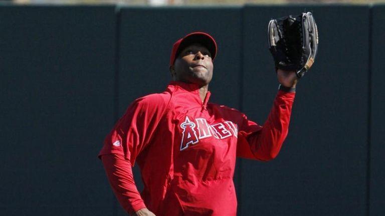 Los Angeles Angels center fielder Torii Hunter catches