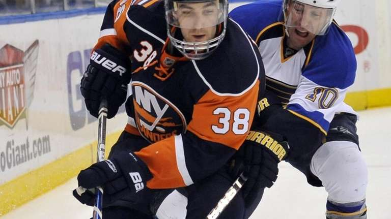 St. Louis Blues' Andy McDonald (10) cuts in