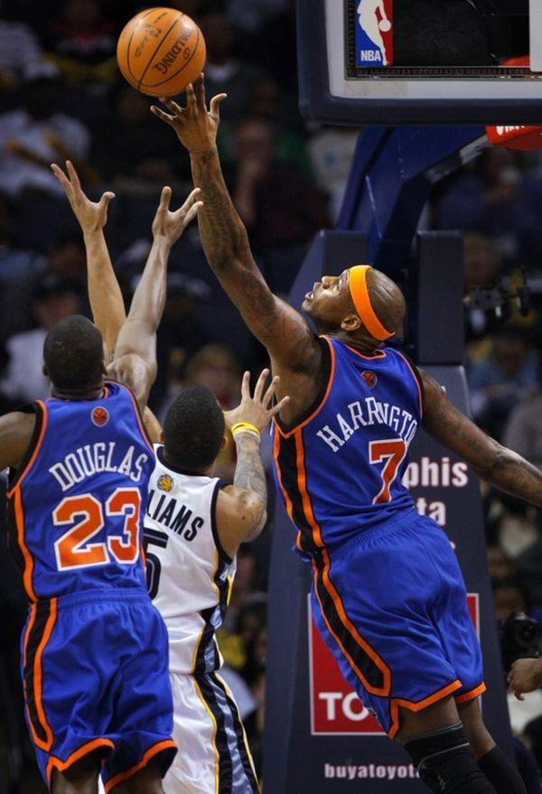 New York Knicks forward (7) Al Harrington tips