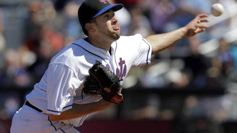 New York Mets starting pitcher Oliver Perez throws