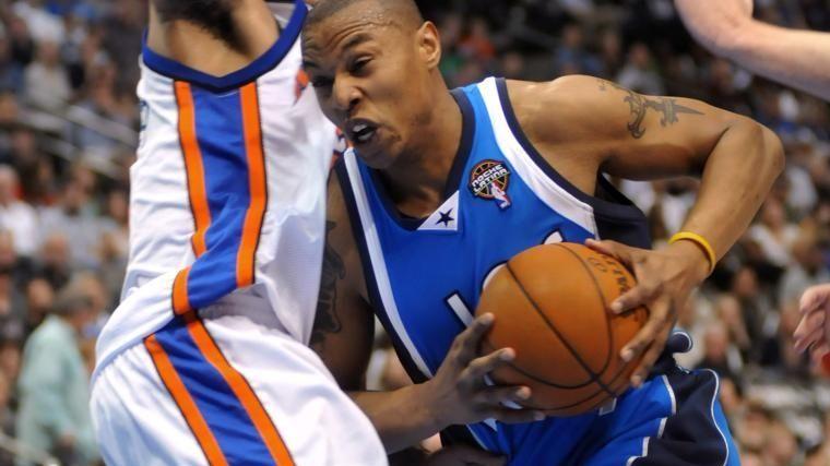 Dallas Mavericks' Caron Butler (4) drives into New