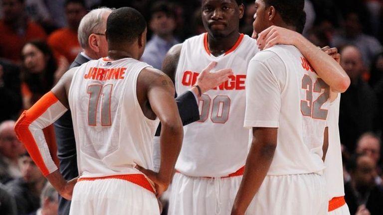 Rick Jackson of the Syracuse Orange huddles with