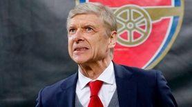 Arsenal manager Arsene Wenger waits for the kickoff