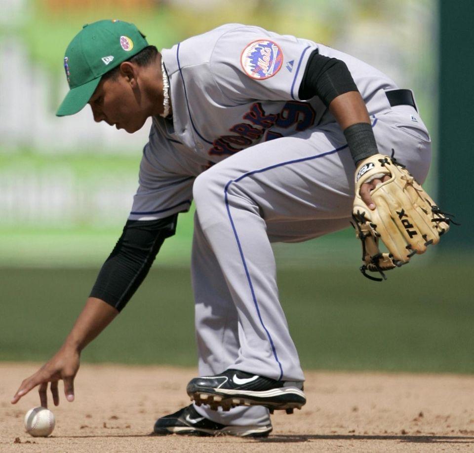 Mets second baseman Ruben Tejada loses control of