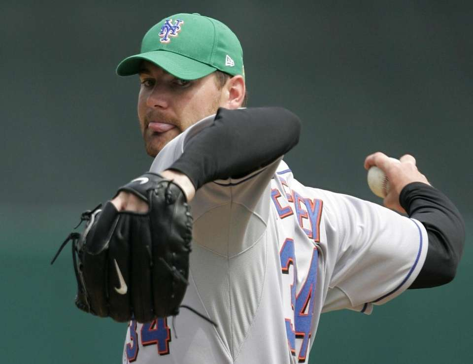 New York Mets' Mike Pelfrey warms up in