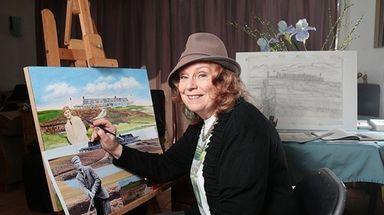 Bohemia-based artist Elaine Faith Thompson works on