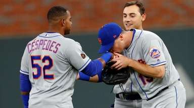 The Mets' Jay Bruce kisses Yoenis Cespedes on