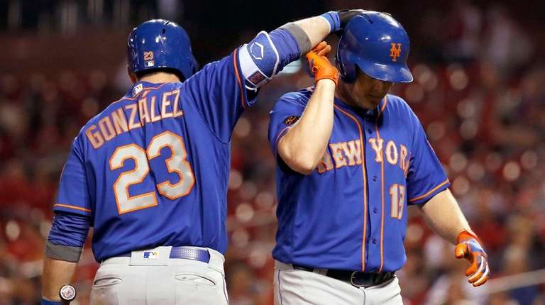 The Mets' Jay Bruce, right, is congratulated by