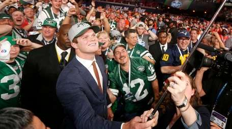 USC's Sam Darnold takes a selfie as he