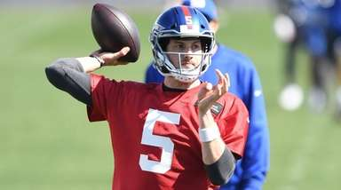 New York Giants quarterback Davis Webb passes the