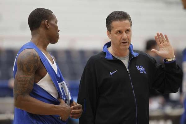 Kentucky coach John Calipari talks with Eric Bledsoe,