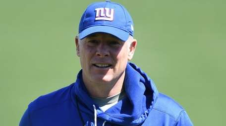 Giants head coach Pat Shurmur walks off the