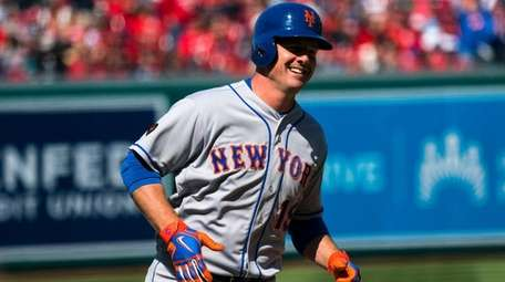 Mets rightfielder Jay Bruce rounds the bases after