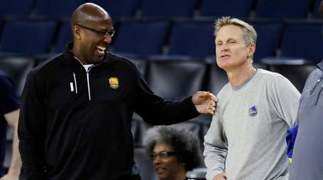 Golden State Warriors assistant coach Mike Brown, left,