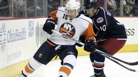 New York Islanders' Jeff Tambellini, left, tries to