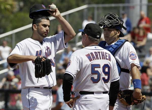 New York Mets starting pitcher Oliver Perez, left,