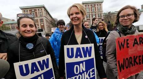 Cynthia Nixon marches with striking graduate students attempting
