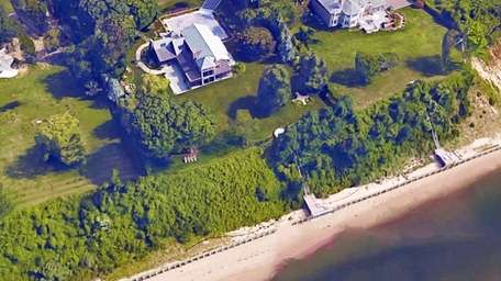 In Nissequogue, homeowners propose to build seawalls on